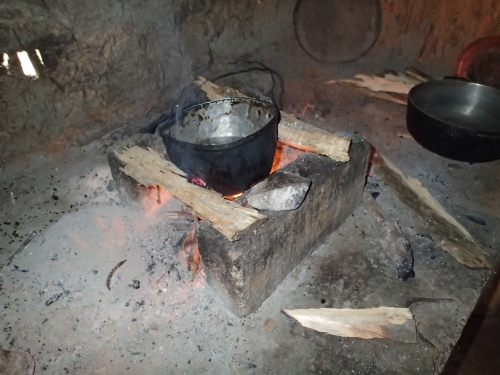 かまどで料理を作る