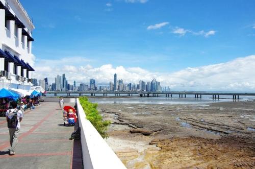 カスコアンティグオの海岸とパナマ新市街