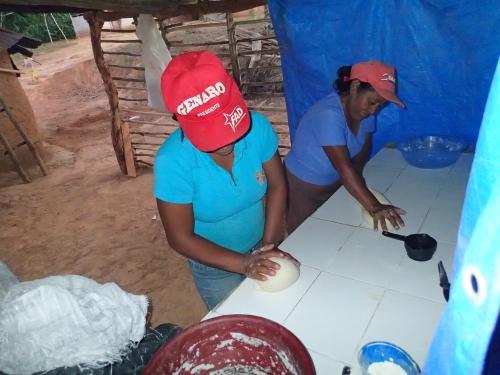 パンをこねる村人