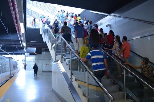 メトロのホームから地上へ続く階段