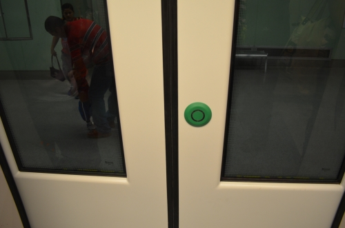 メトロの扉を開ける押ボタン