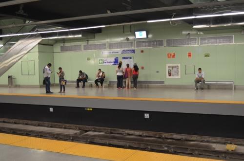 メトロを待つパナマ市民