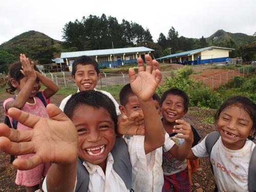 学校で子供たちの歓迎