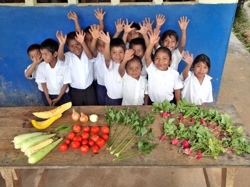 学校給食の野菜に喜ぶ子供