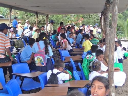 村中の人が集まった卒業式