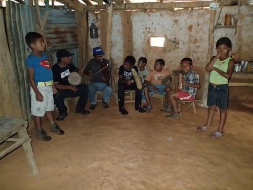 音楽を演奏する子供と大人