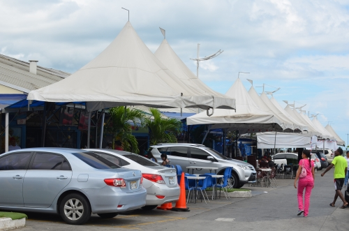 パナマの魚市場の外に並ぶ魚介類レストラン
