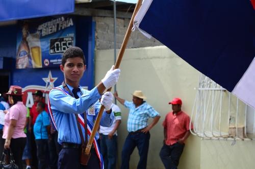 パナマ国旗を掲げるイケメン