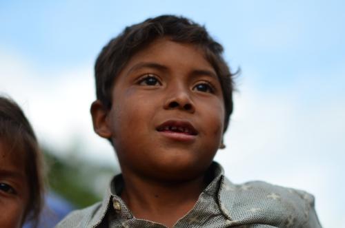 パレードに見とれる山奥の集落に住む少年