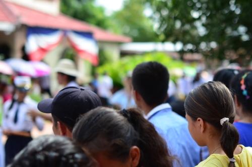 パレードを見つめる観客の少女