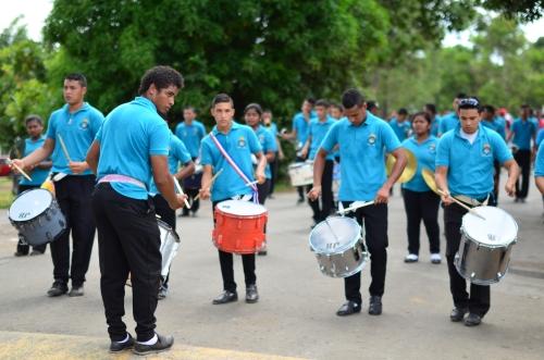 太鼓を演奏しながら歩くマッチョなイケメン