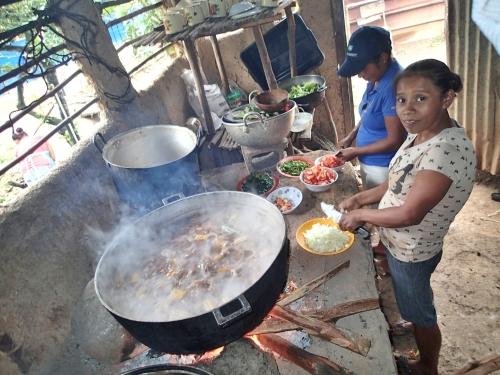 学校給食を作る母親たち