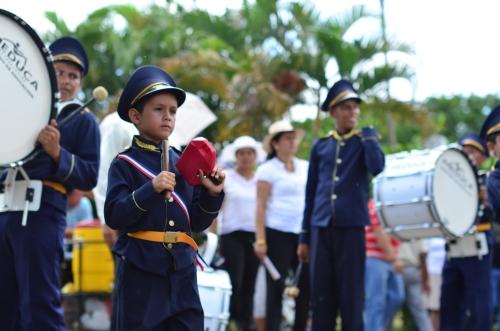 小さな楽器を演奏する少年