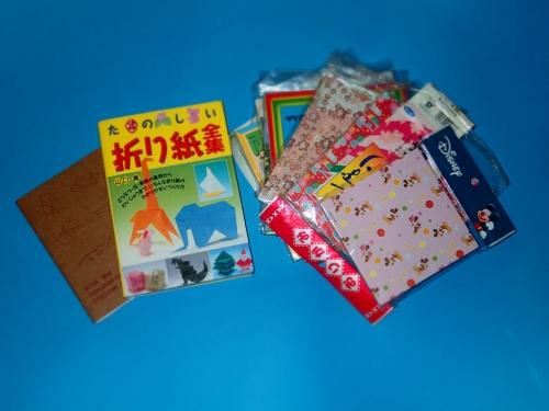 折り紙の作り方本と大量の折り紙