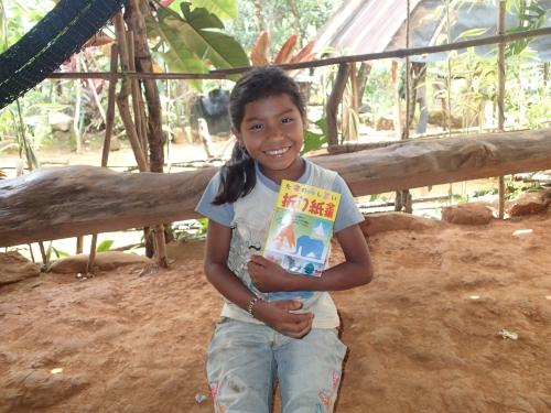 折り紙の本を持つ少女