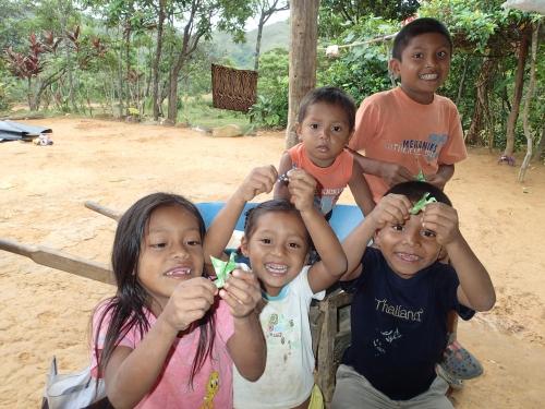 折り紙を持つ子供たち