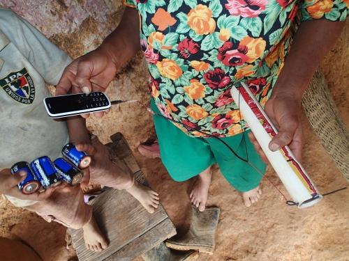 携帯電話を乾電池で充電