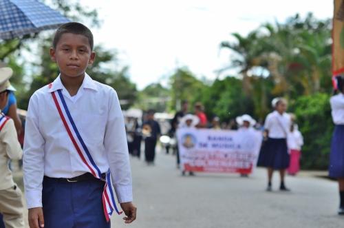 更新するパナマの少年