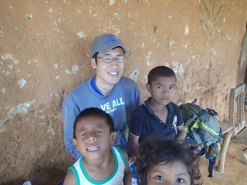 村の子供たちとの写真
