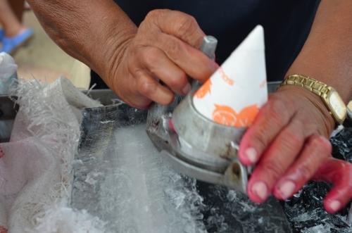 氷を削るラスパオ作り