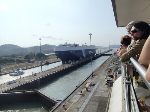 パナマ運河と観光客
