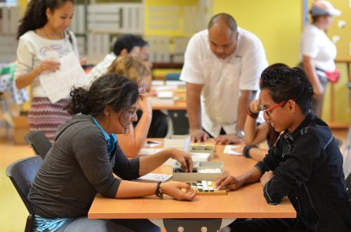 囲碁を楽しむパナマ人