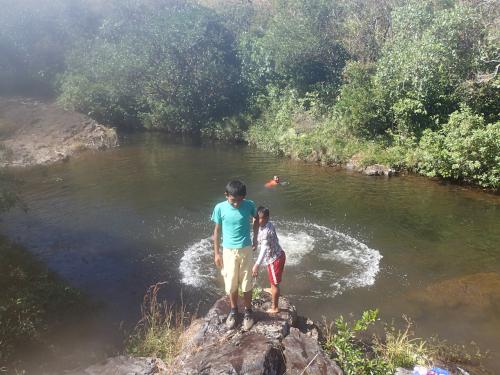 川に飛び込む無電化集落の子供