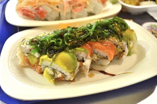 茎わかめが乗った海外の巻き寿司