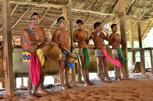 エンベラ族の楽器を演奏する男性たち