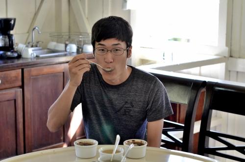 コーヒーのテイスティング体験をする