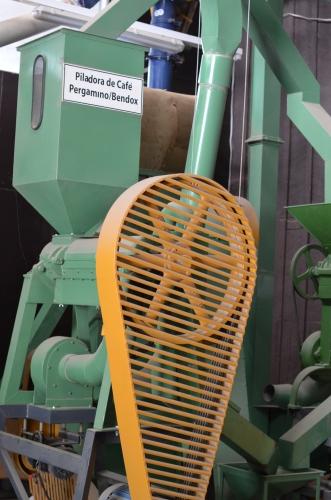 コーヒー豆の薄皮をむく機械