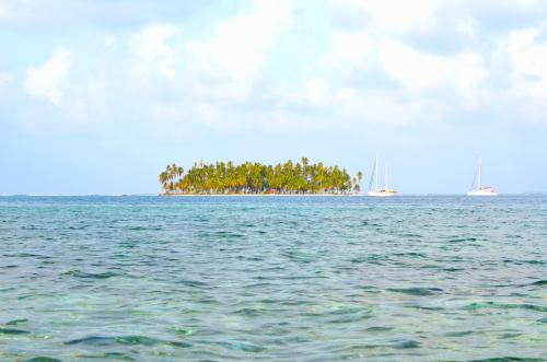 サンブラス諸島の無人島