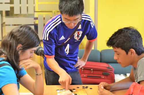 囲碁を教える協力隊員