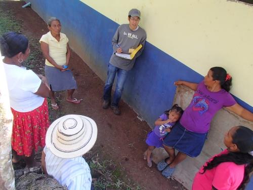 女性と家庭菜園の相談