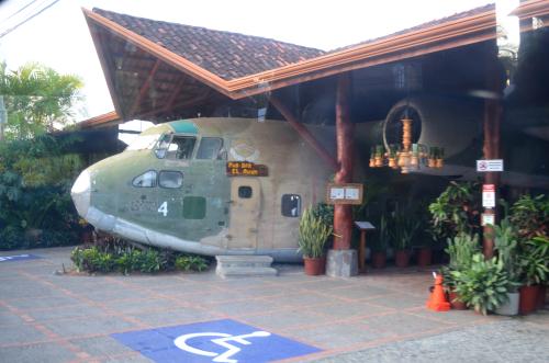 コスタリカの飛行機が展示されたレストラン