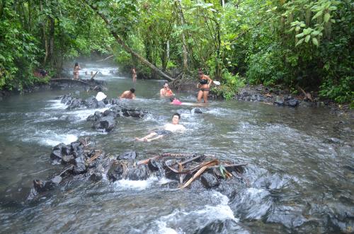 コスタリカの無料温泉に入る