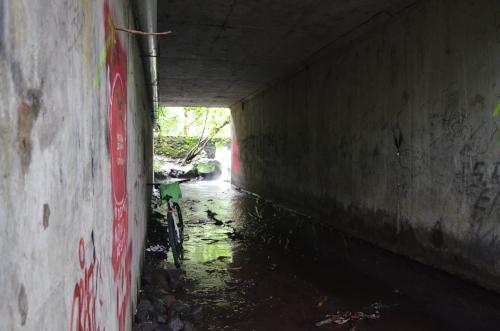 タバコン温泉の近くの道路の下の川