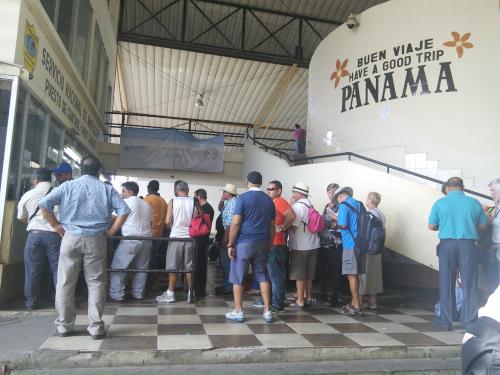 行列を作るTICAバスの乗客たち