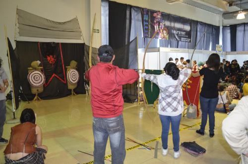 メキシコのオタクイベントの弓矢体験