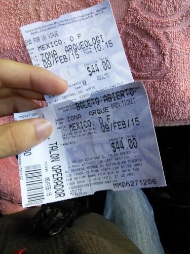 テオティワカン遺跡行きのバスの往復チケット