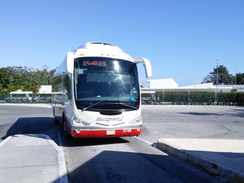 カンクンの大型バス
