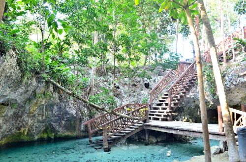 メキシコの天然洞窟セノーテ