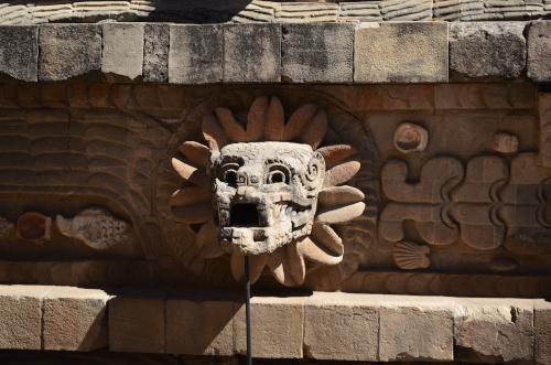 ケツァルコアトルの神殿の城壁のモチーフ