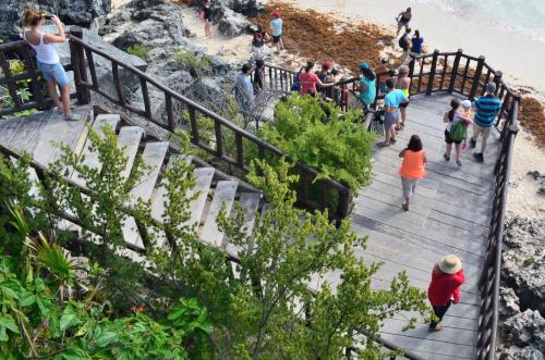 階段を降りていく観光客たち