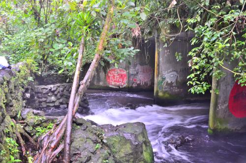 タバコン温泉の近くの道路の下を抜けた場所