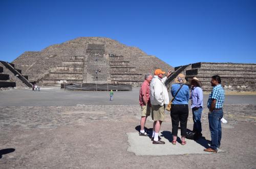 月のピラミッドの前の広場