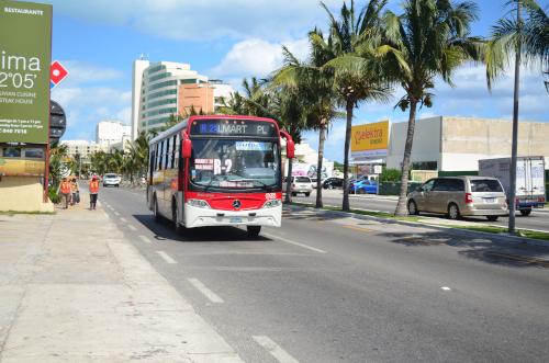 カンクンのホテル地区を走る路線バス
