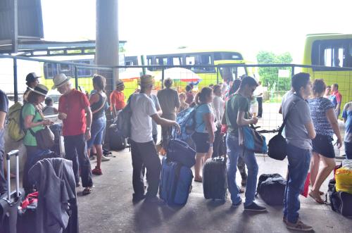 コスタリカ国境で荷物検査を待つ旅人