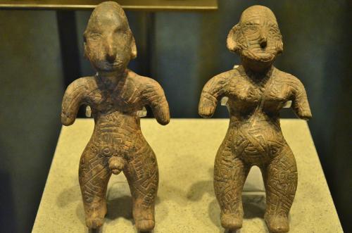 メキシコ国立人類学博物館の展示物男女