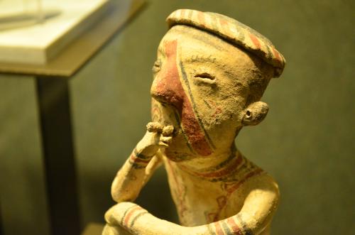 メキシコ国立人類学博物館の展示物煙草を吸う人